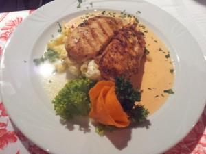 Bytom: Restauracja Pod Czaplą. Filet z kurczaka z grilla podany na galuszkach ze słodkim twarożkiem i sosem paprykowym