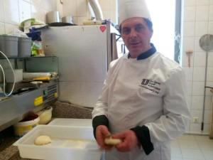 Tychy: Osteria Le Botti. Nunzio Fontana zabiera się za przygotowanie pizzy margherity. Porcje ciasta drożdżowego są przygotowywane rano