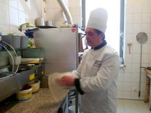 Tychy: Osteria Le Botti. Ciasto wiruje między rękami kucharza, przybierając płaski kształt
