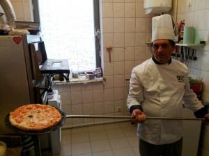 Tychy: Osteria Le Botti. Nunzio wyjmuje pizzę z pieca łopatą z długim trzonkiem, bo piec jest bardzo gorący