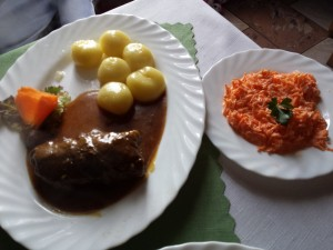 Ruda Śląska: Bufet Rulandia/Zajazd Rudzki. Rolada wołowa z kluskami śląskimi, surówka z marchwi