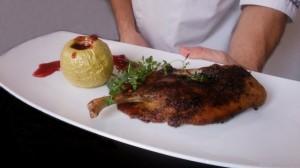 Lubliniec: Restauracja Hotelu Zamek Lubliniec. Pieczona kaczka z jabłkiem i sosem żurawinowym