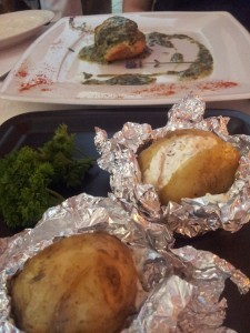 Świerklaniec: Lawendowy Ogród. Kurczak zawijany w sosie śmietanowym ze szpinakiem, z ziemniakami pieczonymi
